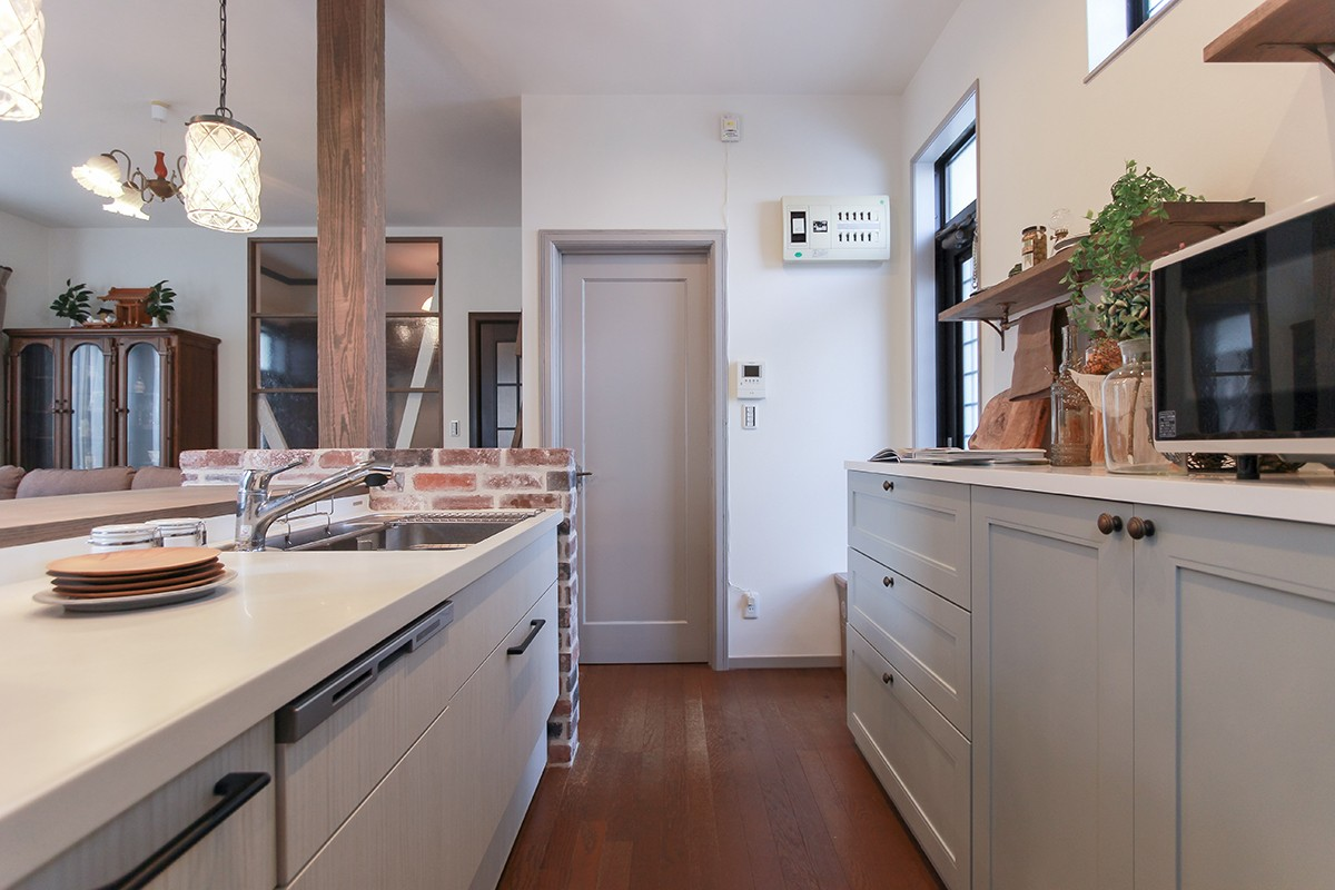 キッチン事例:可愛い飾り棚でインテリアを楽しむ(LDK改装・プロヴァンスの雰囲気漂う大人空間)