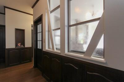 室内窓でお家の奥まで採光 (LDK改装・プロヴァンスの雰囲気漂う大人空間)