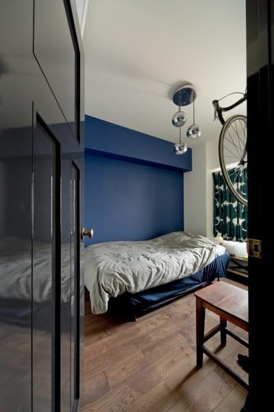 寝室 (アンティーク家具が馴染む懐の深い家)