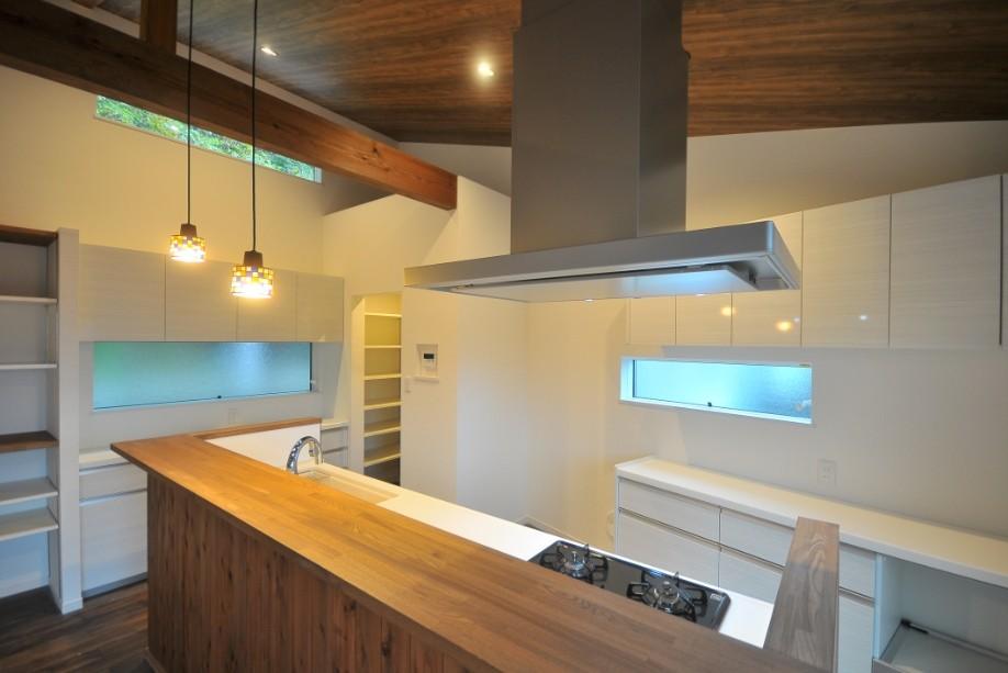 8人掛けダイニングテーブルから眺める家 (キッチン&パントリー)