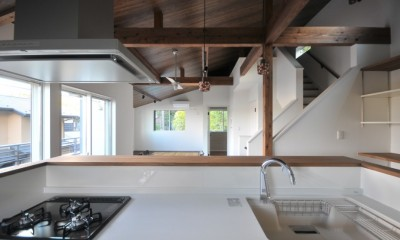 8人掛けダイニングテーブルから眺める家 (キッチン)