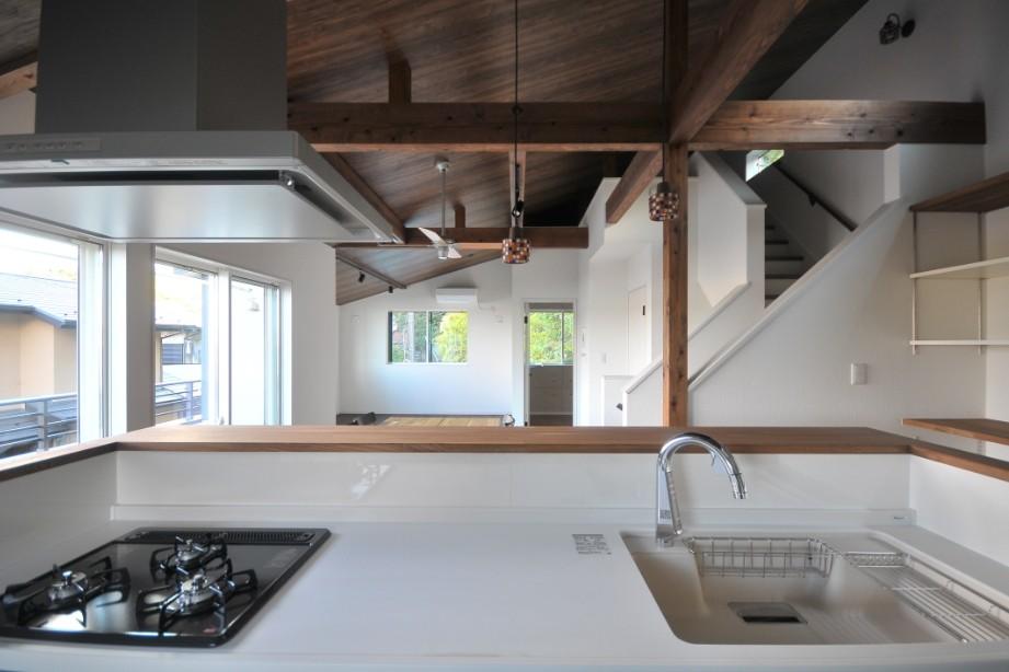 キッチン事例:キッチン(8人掛けダイニングテーブルから眺める家)