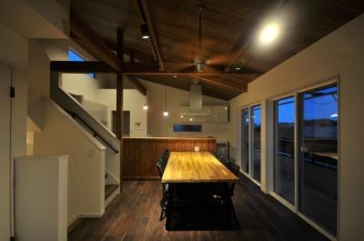 8人掛けダイニングテーブルから眺める家 (ダイニング夜)