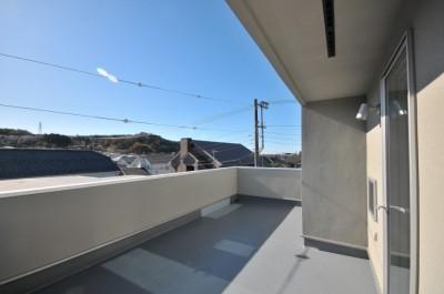 ルーフバルコニー (逗子の3代で受け継がれる2世帯住宅の家)