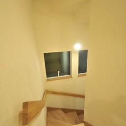 逗子の3代で受け継がれる2世帯住宅の家 (階段)