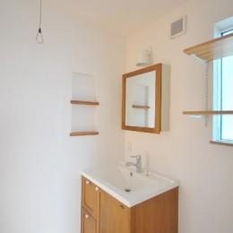 逗子の3代で受け継がれる2世帯住宅の家 (洗面室)