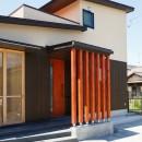 庭を囲むL型の家〜診療室付子建住宅の写真 道路側外観