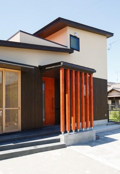 道路側外観 (庭を囲むL型の家〜診療室付 一戸建住宅)