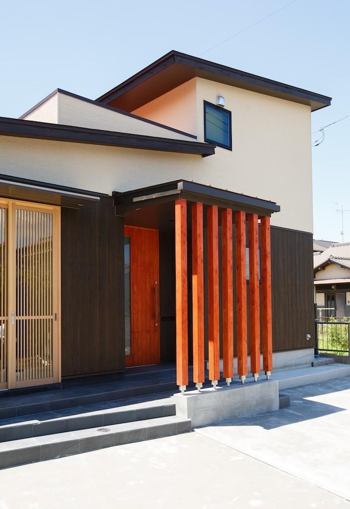 庭を囲むL型の家〜診療室付 一戸建住宅 (道路側外観)