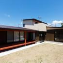 庭を囲むL型の家〜診療室付子建住宅の写真 庭を囲む建物の外観