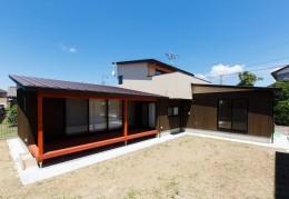庭を囲むL型の家〜診療室付 一戸建住宅 (庭を囲む建物の外観)