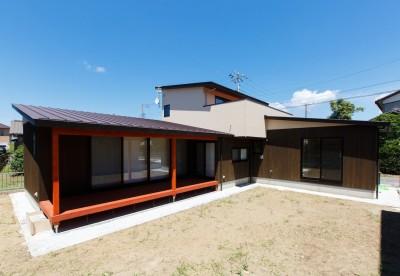 庭を囲む建物の外観 (庭を囲むL型の家〜診療室付 一戸建住宅)