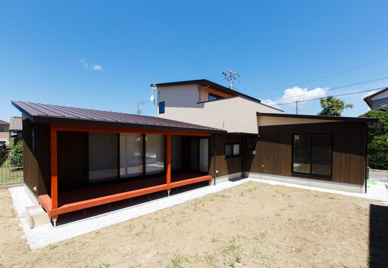 外観事例:庭を囲む建物の外観(庭を囲むL型の家〜診療室付子建住宅)