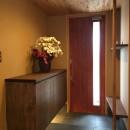 庭を囲むL型の家〜診療室付子建住宅の写真 玄関内部