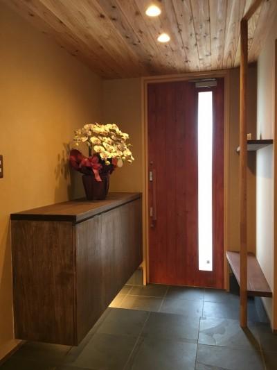 玄関内部 (庭を囲むL型の家〜診療室付 一戸建住宅)