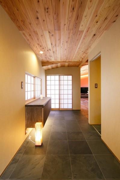 玄関から続く廊下 (庭を囲むL型の家〜診療室付 一戸建住宅)