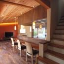 庭を囲むL型の家〜診療室付子建住宅の写真 階段とダイニングカウンター
