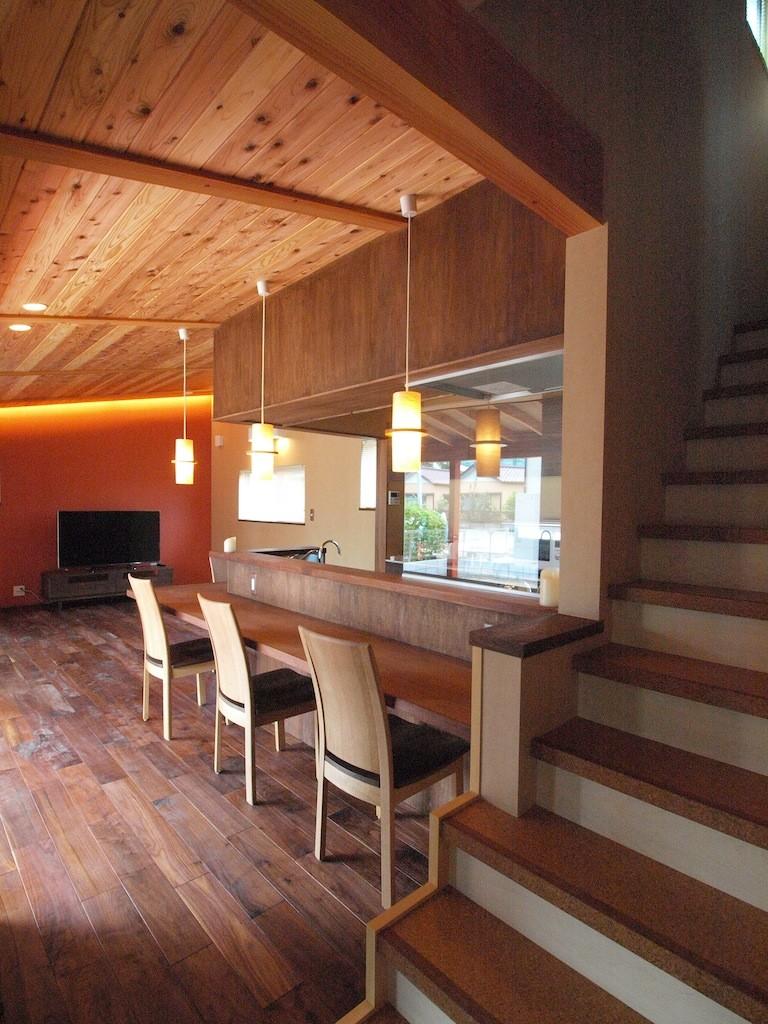 庭を囲むL型の家〜診療室付 一戸建住宅 (階段とダイニングカウンター)