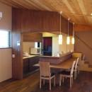 庭を囲むL型の家〜診療室付子建住宅の写真 キッチン+ダイニングカウンター