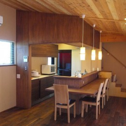 庭を囲むL型の家〜診療室付子建住宅 (キッチン+ダイニングカウンター)