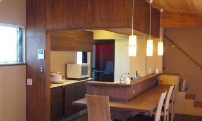 庭を囲むL型の家〜診療室付 一戸建住宅 (キッチン+ダイニングカウンター)