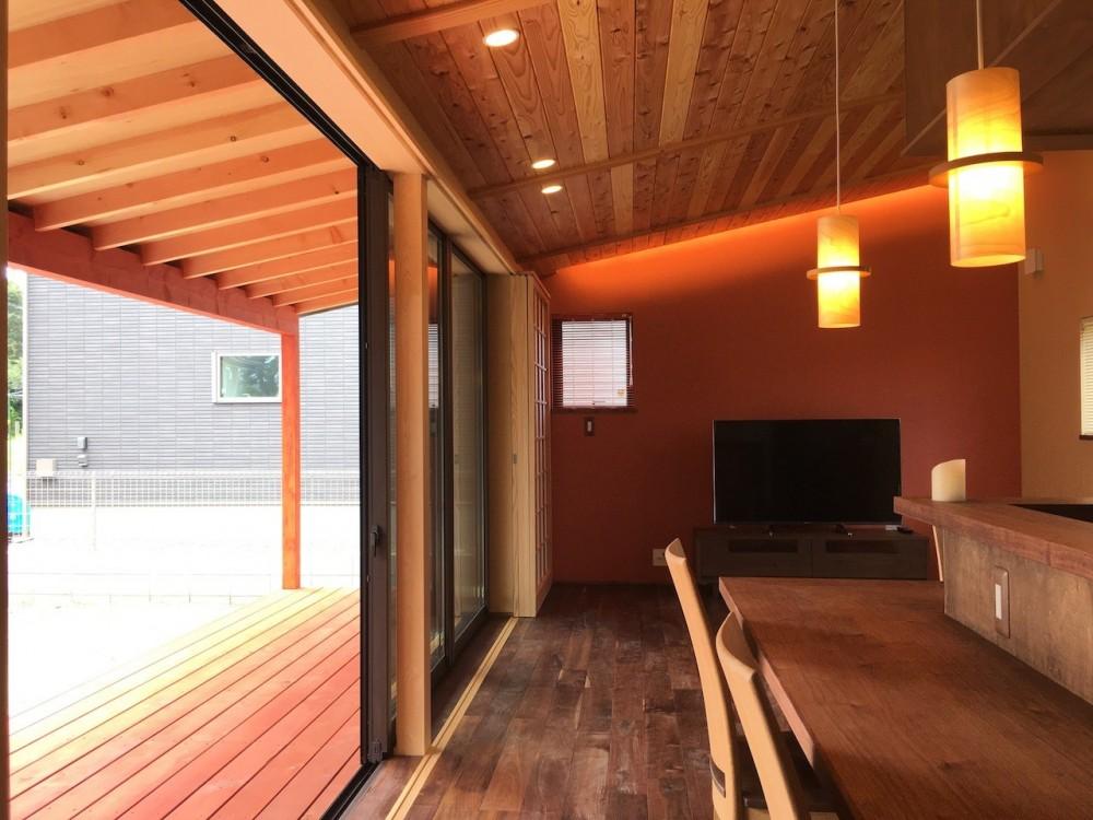 庭を囲むL型の家〜診療室付 一戸建住宅 (LDKと連続する縁側)