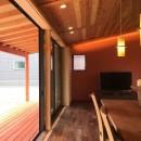 庭を囲むL型の家〜診療室付子建住宅の写真 LDKと連続する縁側