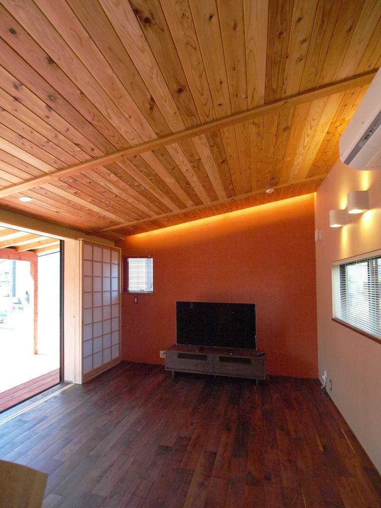 庭を囲むL型の家〜診療室付 一戸建住宅 (リビングのアクセントウォール)