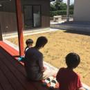 庭を囲むL型の家〜診療室付子建住宅の写真 縁側で和む