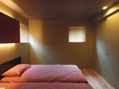 寝室 (庭を囲むL型の家〜診療室付 一戸建住宅)