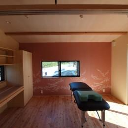 庭を囲むL型の家〜診療室付子建住宅 (診療室)