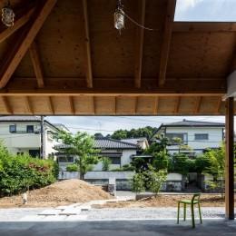 外土間(外リビング兼玄関) (ナガレノイエ ―大きな屋根とテーブルの家)