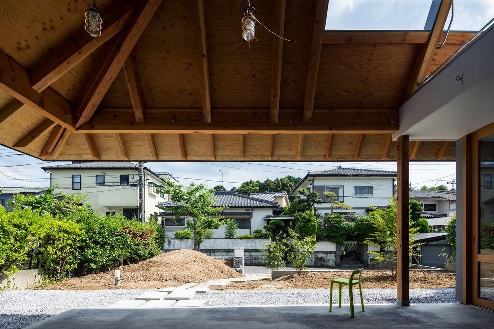 ナガレノイエ ―大きな屋根とテーブルの家 (外土間(外リビング兼玄関))