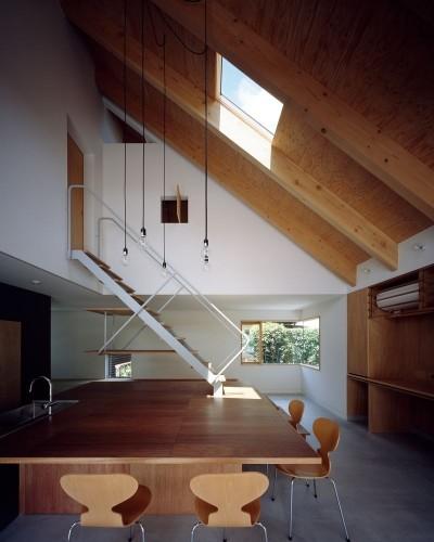 3mの大きなテーブルのある土間 (ナガレノイエ ―大きな屋根とテーブルの家)