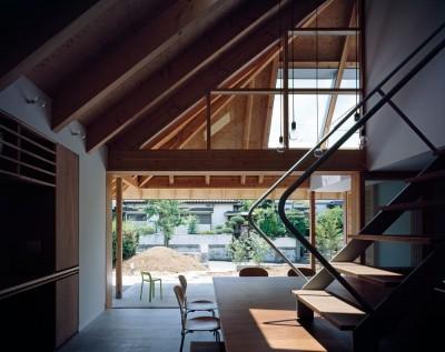 内土間から繋がる外土間と庭 (ナガレノイエ ―大きな屋根とテーブルの家)