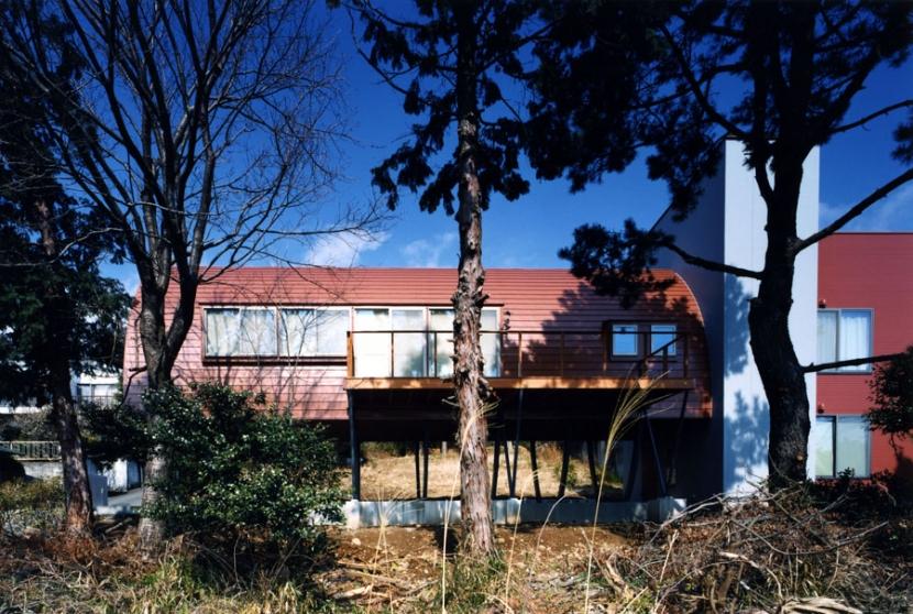 西熱海の陶芸工房のある家の部屋 ゆるやかな斜面の南側からの外観