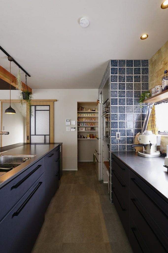 キッチンからはじまる家族の時間 ~LDKを2階に移動し、勾配天井で広がりのある くつろぎ空間に~ (キッチン)