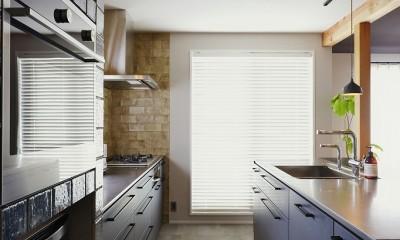 キッチンからはじまる家族の時間 ~LDKを2階に移動し、勾配天井で広がりのある くつろぎ空間に~ (キッチン収納)