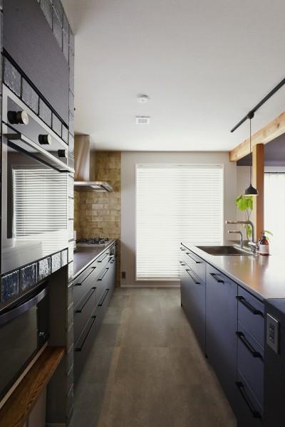 キッチン収納 (キッチンからはじまる家族の時間 ~LDKを2階に移動し、勾配天井で広がりのある くつろぎ空間に~)