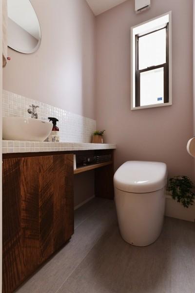 トイレ (キッチンからはじまる家族の時間 ~LDKを2階に移動し、勾配天井で広がりのある くつろぎ空間に~)