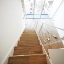 モダンなメゾネットタイプの写真 階段