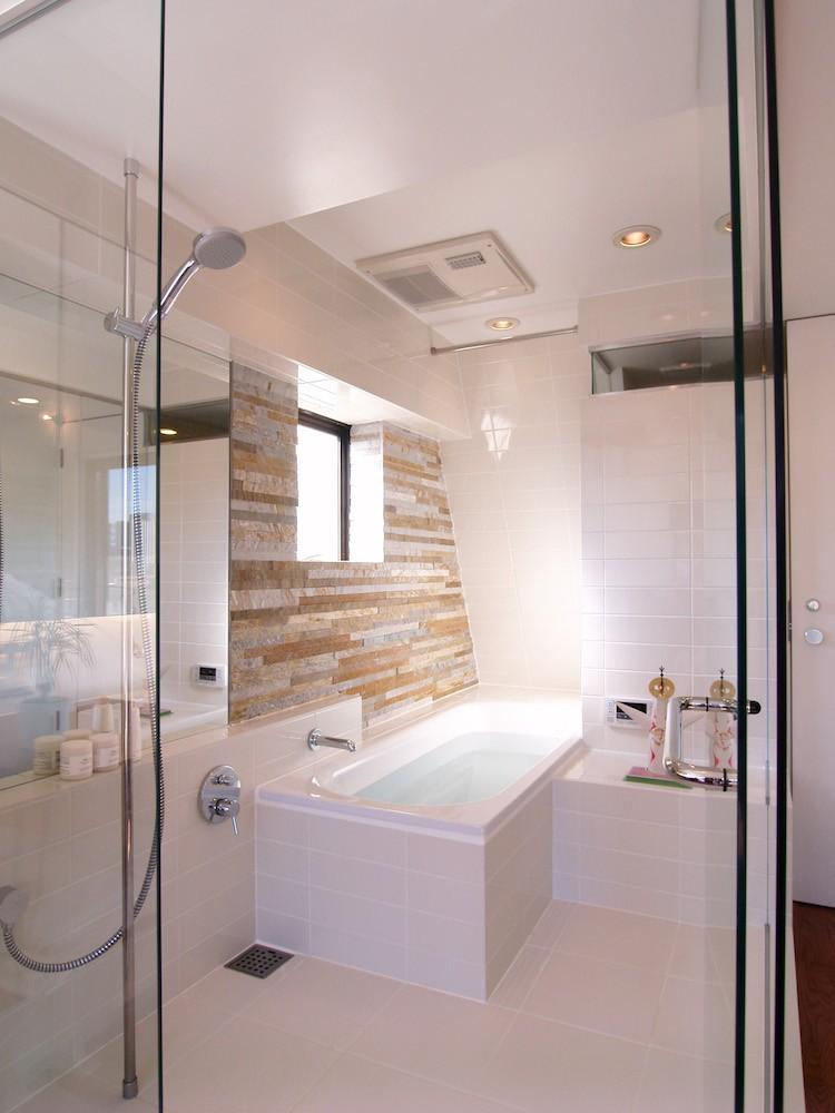 バス/トイレ事例:洗面所(hippo_光ふりそそぐガラス張りの浴室を2階に)