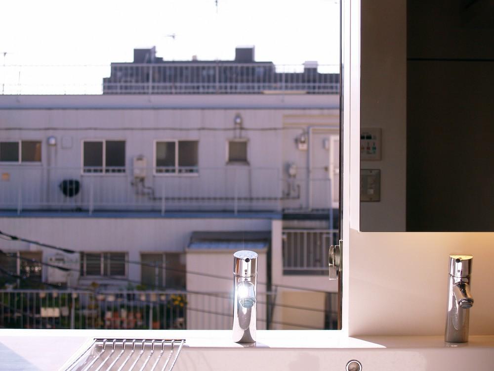 hippo_光ふりそそぐガラス張りの浴室を2階に (洗面台)