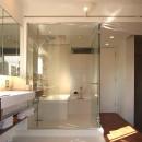 hippo_光ふりそそぐガラス張りの浴室を2階に