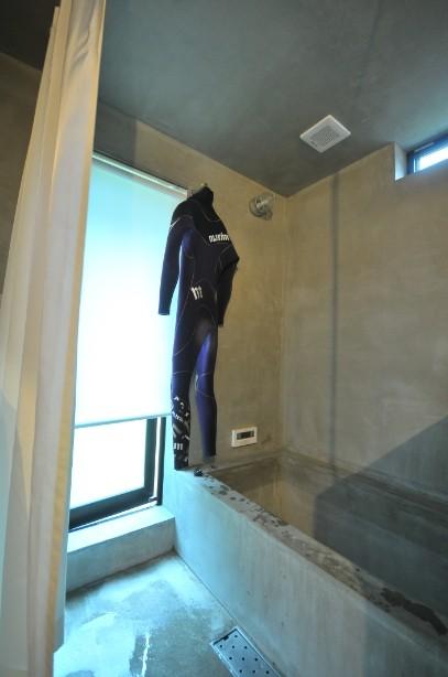 稲村ガ崎の海を望めるサーファーズハウス (造作浴室)