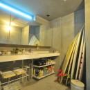 稲村ガ崎の海を望めるサーファーズハウスの写真 造作洗面化粧台
