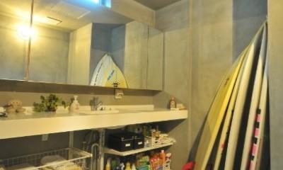 稲村ガ崎の海を望めるサーファーズハウス (造作洗面化粧台)