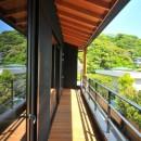 稲村ガ崎の海を望めるサーファーズハウスの写真 バルコニー