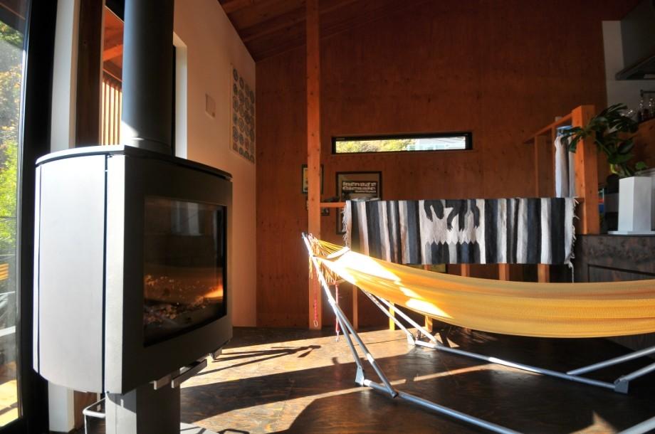 リビングダイニング事例:薪ストーブ(稲村ガ崎の海を望めるサーファーズハウス)