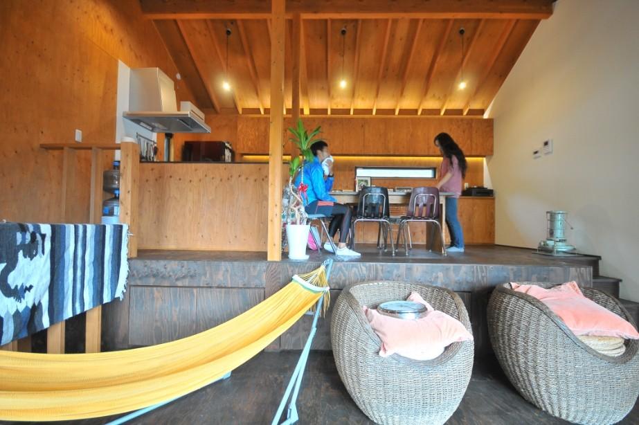リビングダイニング事例:ダイニング(稲村ガ崎の海を望めるサーファーズハウス)